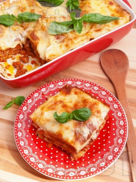 Най-вкусната лазаня Болонезе с готови кори, кайма, домати, кашкавал и сос бешамел - снимка на рецептата